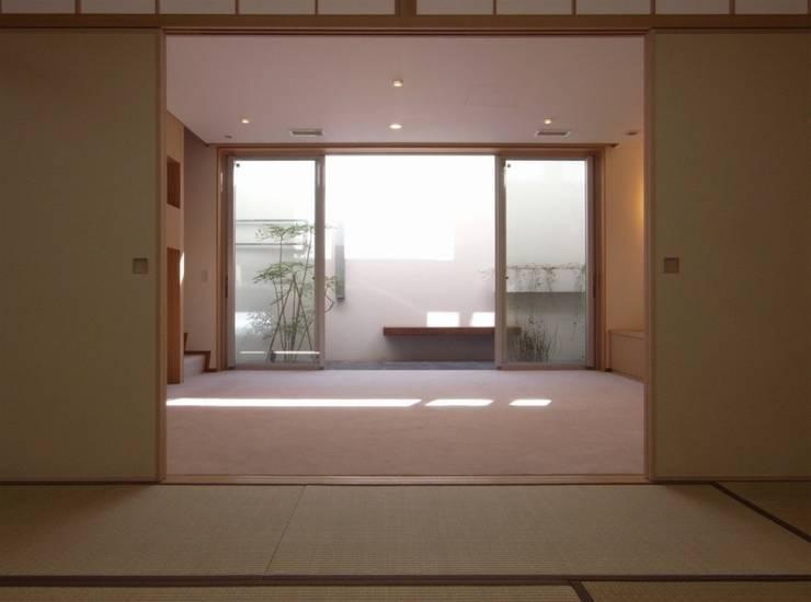 稽古場からみたドライエリア オリジナルデザインの 多目的室 の 株式会社エキップ オリジナル