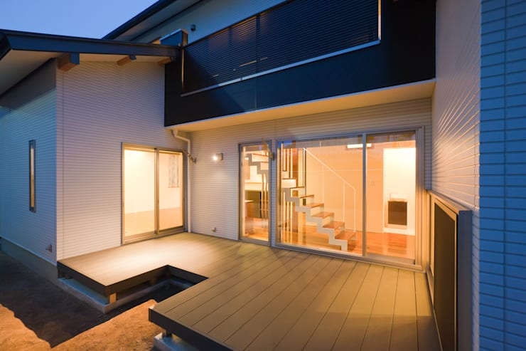 家族の気配が感じられる家: エヌスペースデザイン室が手掛けた廊下 & 玄関です。