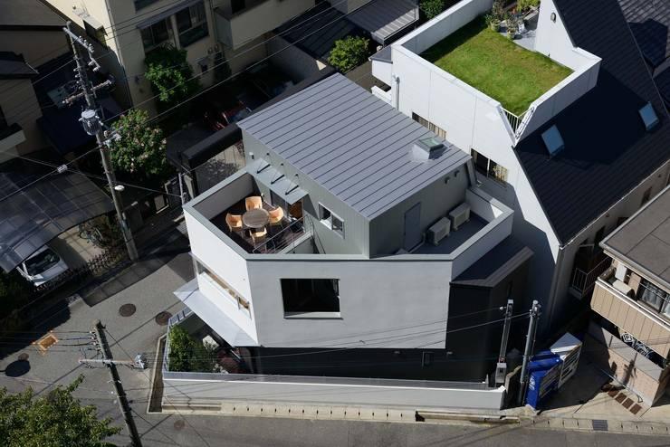 建物東側鳥瞰: 一級建築士事務所エイチ・アーキテクツが手掛けた家です。
