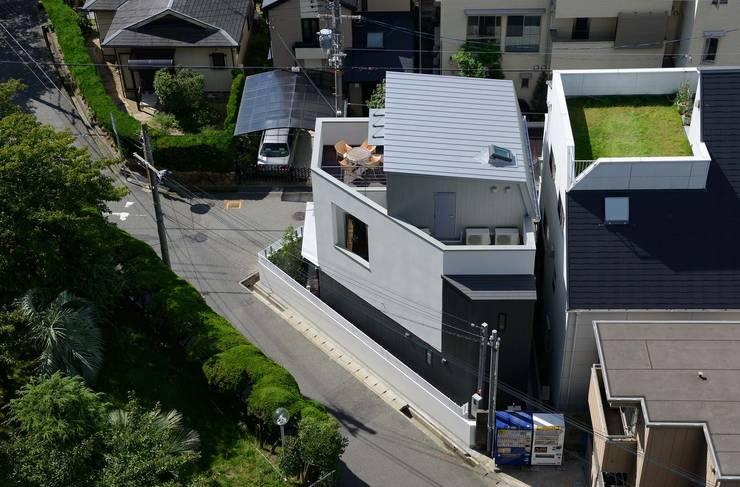 建物北側鳥瞰: 一級建築士事務所エイチ・アーキテクツが手掛けた家です。