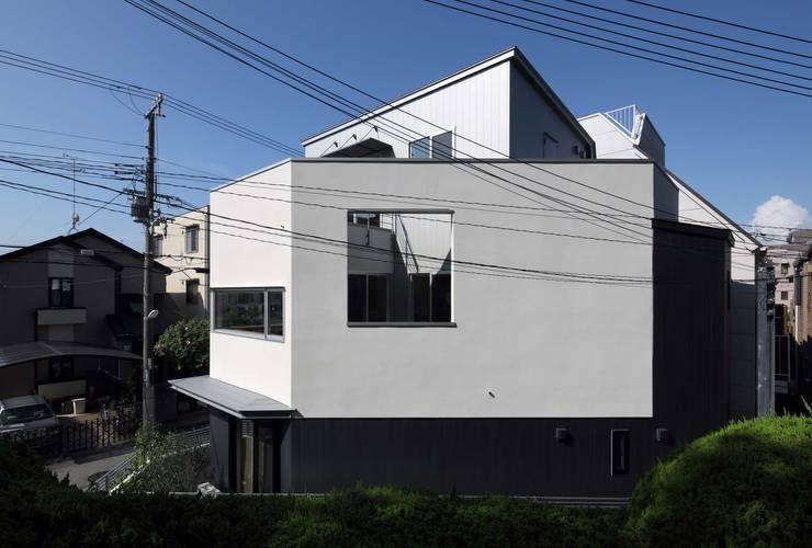 東側ファサード: 一級建築士事務所エイチ・アーキテクツが手掛けた家です。
