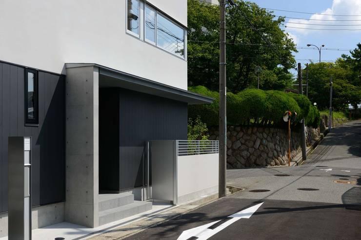 玄関ポーチ 西側: 一級建築士事務所エイチ・アーキテクツが手掛けた家です。