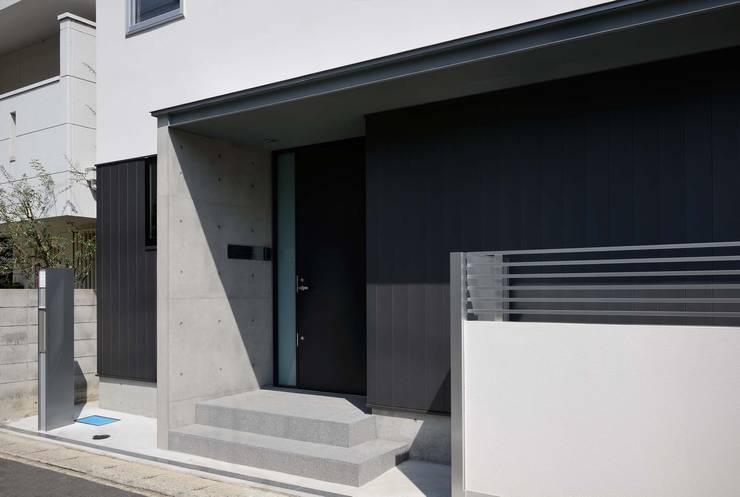 玄関ポーチ 東側: 一級建築士事務所エイチ・アーキテクツが手掛けた家です。