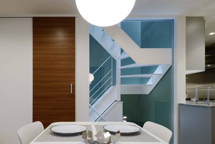 ダイニングから階段室を見る: 一級建築士事務所エイチ・アーキテクツが手掛けた廊下 & 玄関です。