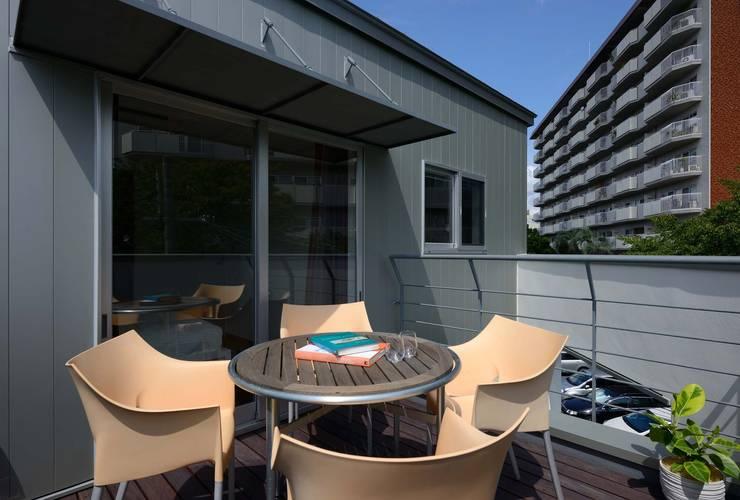 3階バルコニー: 一級建築士事務所エイチ・アーキテクツが手掛けたベランダです。