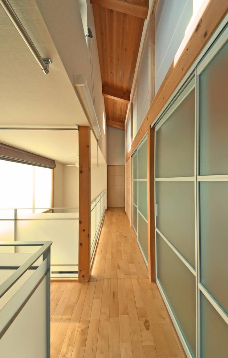 つながった空間に暮らす家: エヌスペースデザイン室が手掛けた廊下 & 玄関です。