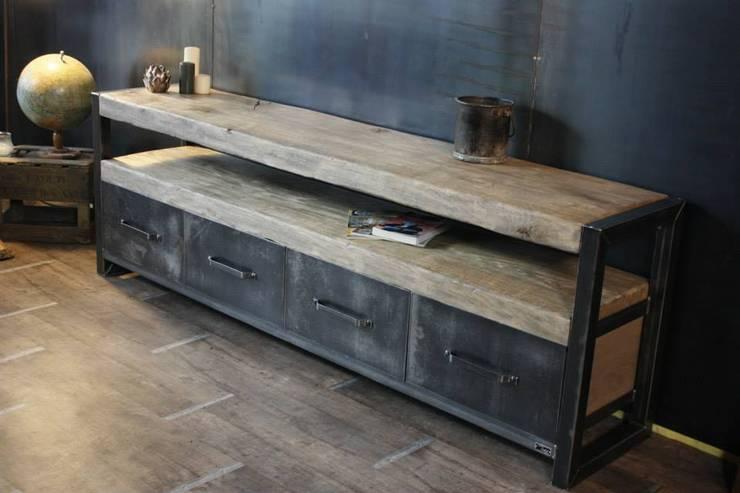 Buffet bois brut de style industriel: Salon de style  par MICHELI Design