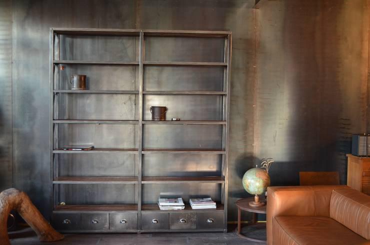 Bibliothèque - étagère de style industriel: Salon de style  par MICHELI Design