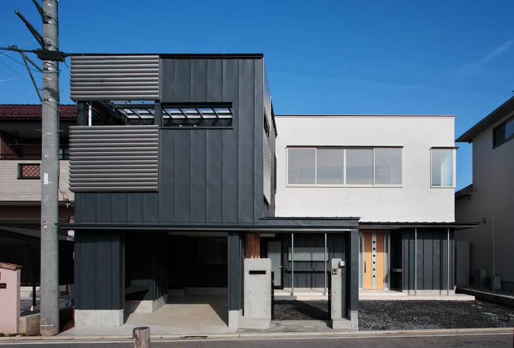 前面道路から: 守山登建築研究所が手掛けた家です。,モダン