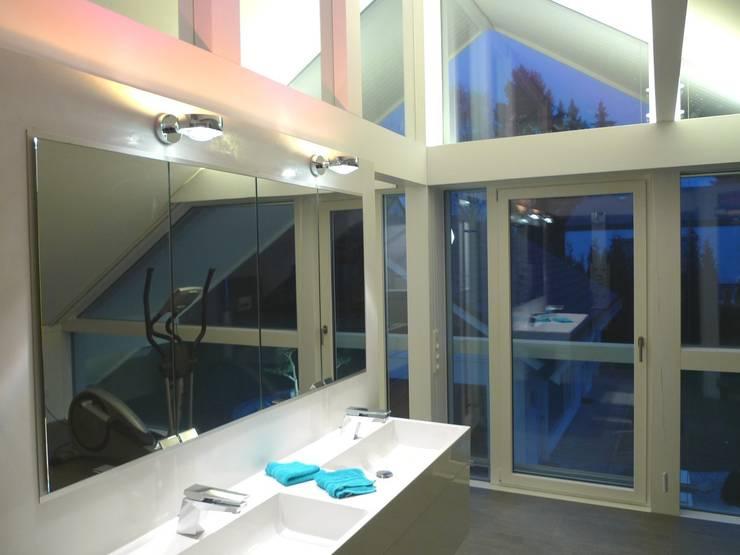 Villa Pirmasens :  Badezimmer von Bolz Licht und Wohnen 1946,Modern