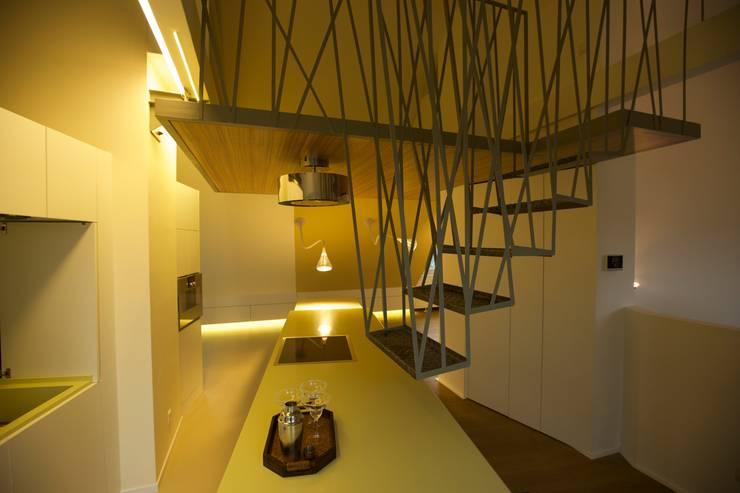 die hängende treppe ins nest:  Flur, Diele & Treppenhaus von 3rdskin architecture gmbh