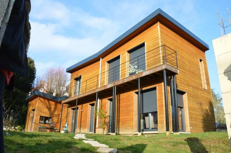 une maison BBC toute en bois en ile de france: Maisons de style de style Minimaliste par karine penard