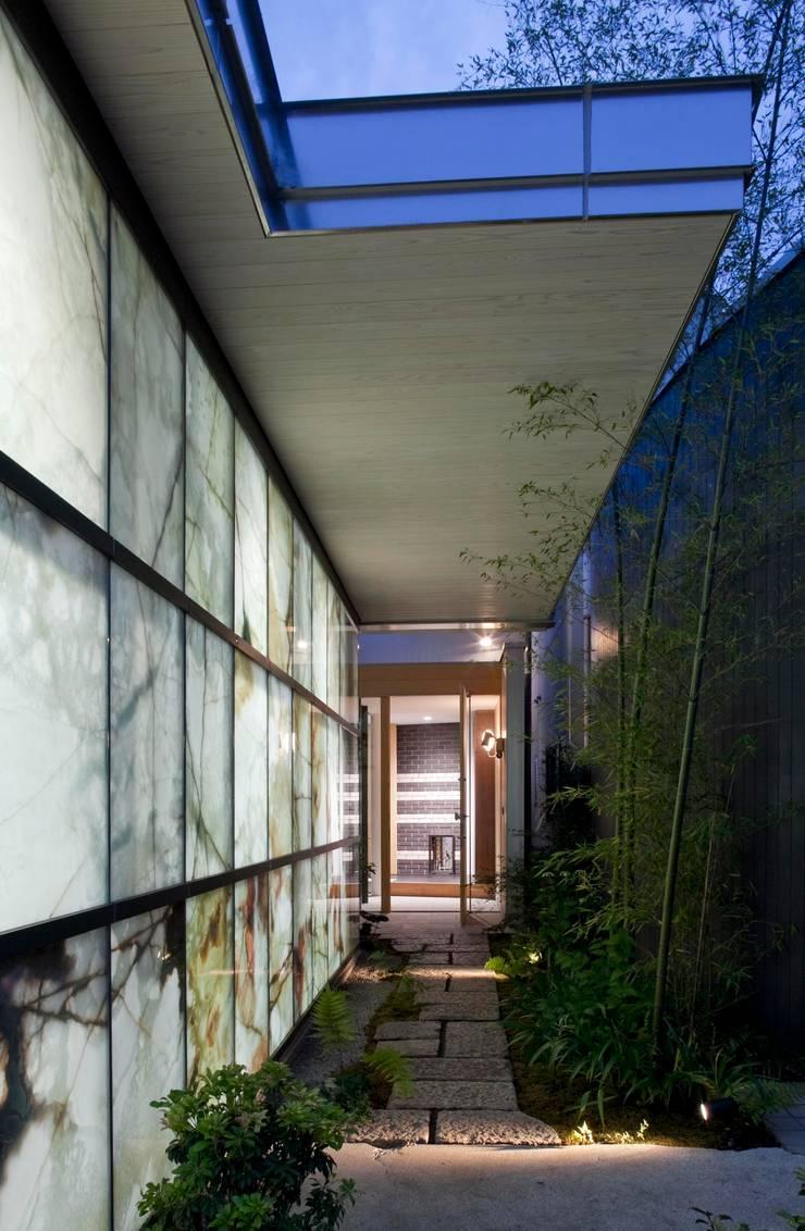 Garajes y galpones de estilo  por 有限会社加々美明建築設計室, Ecléctico