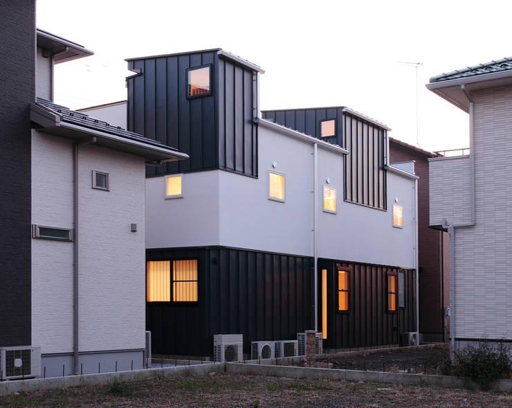 背後から: 守山登建築研究所が手掛けた家です。,モダン