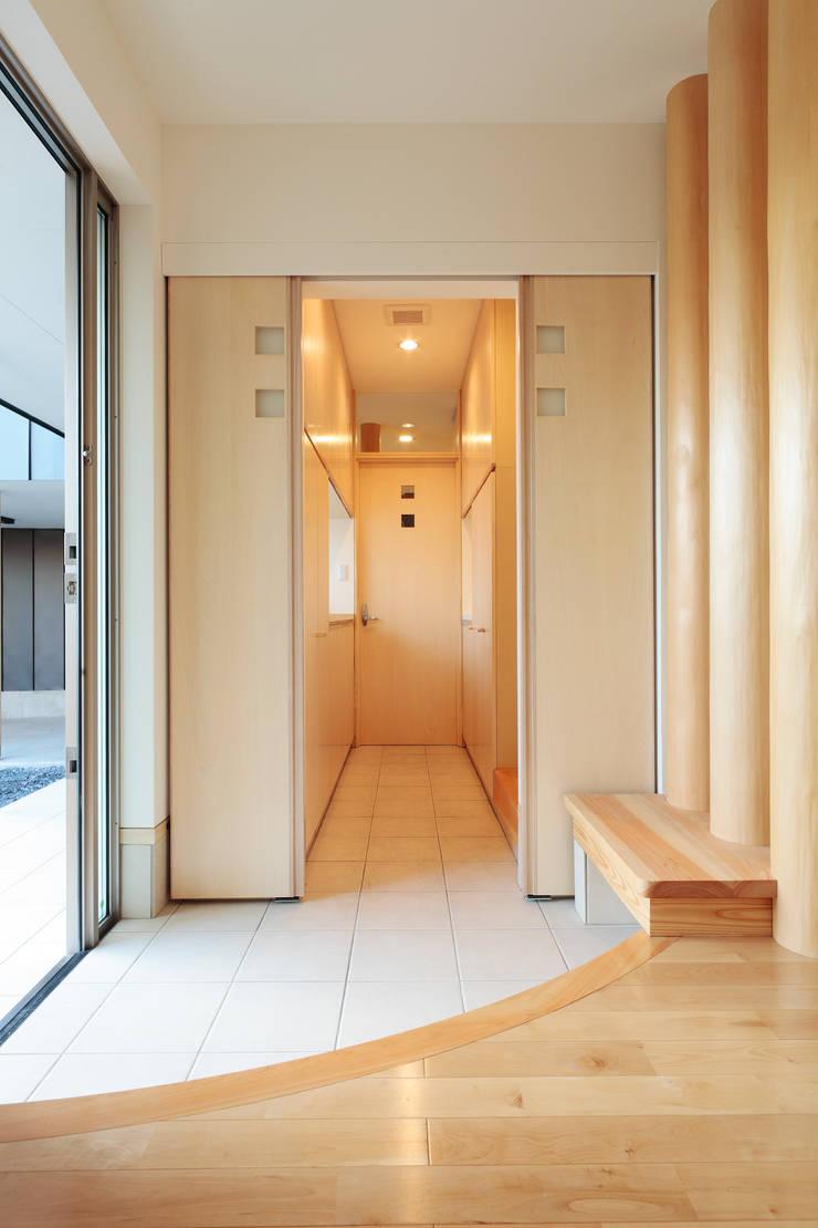 シューズインクローゼットへ入っていきます: 守山登建築研究所が手掛けた廊下 & 玄関です。,モダン