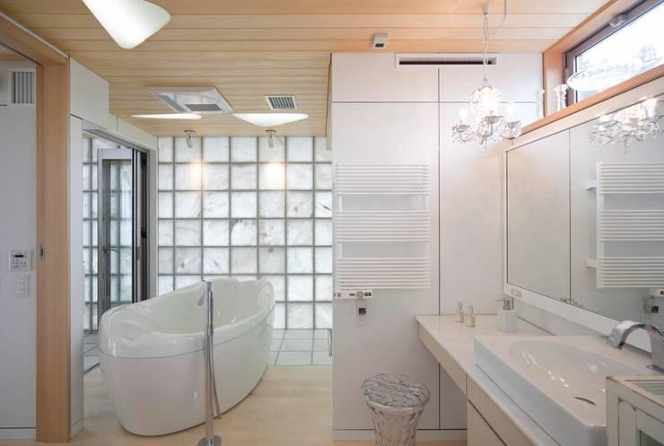 シャワールームとバス: 有限会社加々美明建築設計室が手掛けた浴室です。