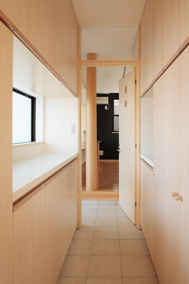 シューズインクローゼットから書斎を見る: 守山登建築研究所が手掛けた廊下 & 玄関です。,モダン