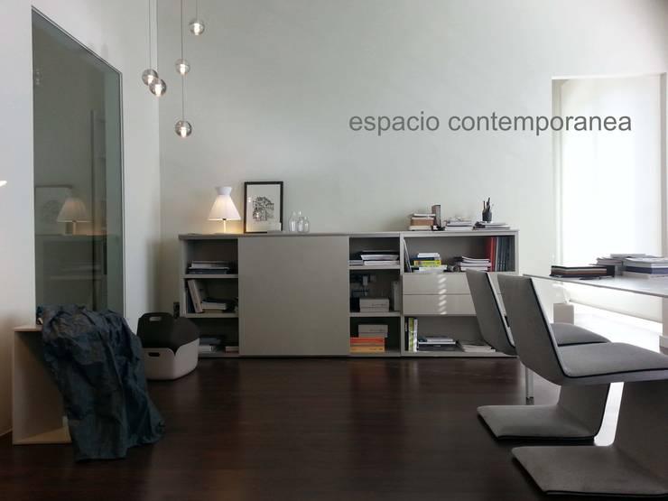 showroom contemporanea interiorismo : Salones de estilo  de contemporánea