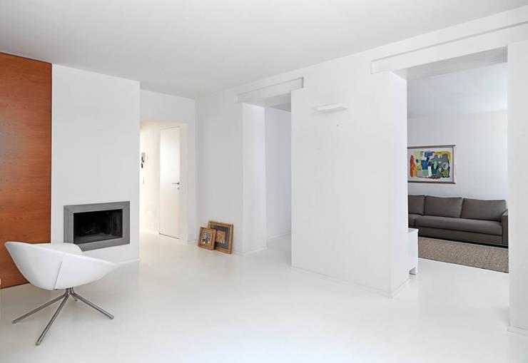 INGRESSO CON VISTA  SUL SALOTTO: Ingresso & Corridoio in stile  di STUDIO DI ARCHITETTURA LUISELLA PREMOLI, Minimalista
