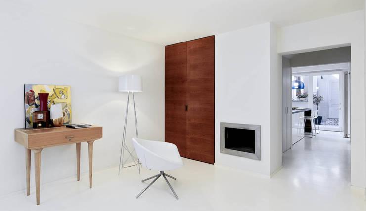 IL GUARDAROBA ED IL FOCOLARE: Ingresso & Corridoio in stile  di STUDIO DI ARCHITETTURA LUISELLA PREMOLI, Minimalista