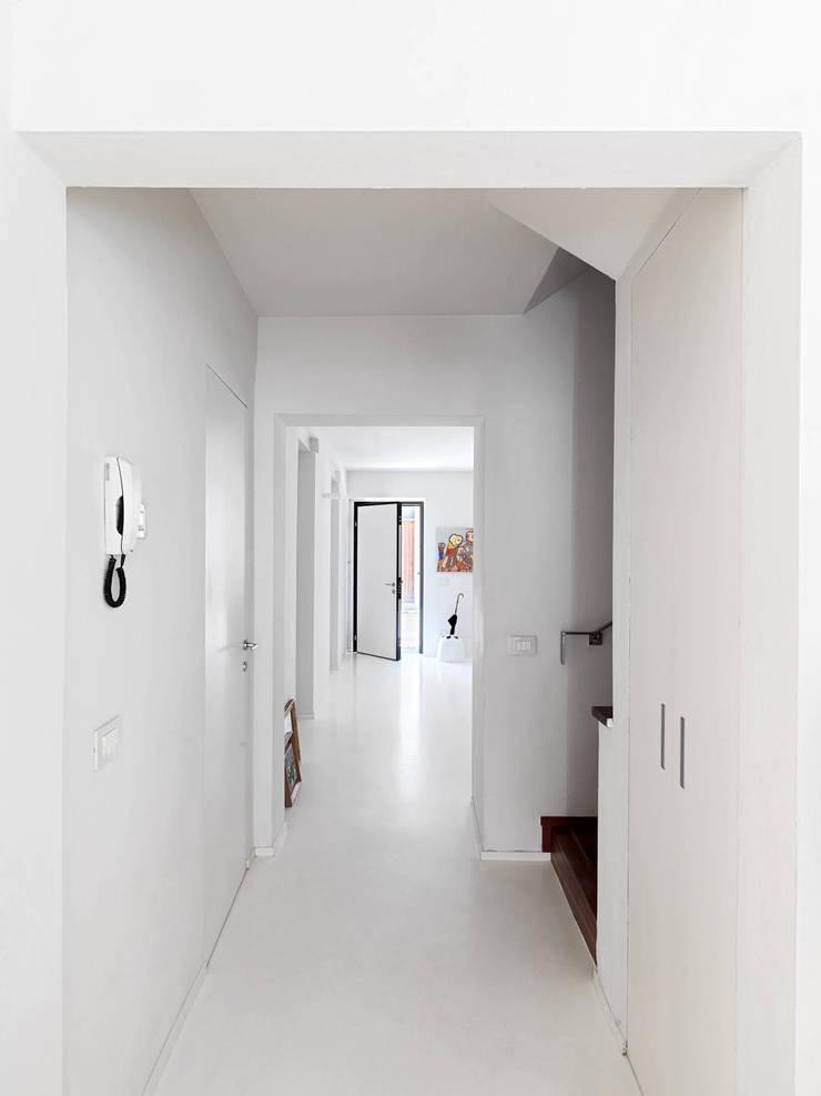 RIQUALIFICAZIONE DI UN LOTTO GOTICO: Ingresso & Corridoio in stile  di STUDIO DI ARCHITETTURA LUISELLA PREMOLI, Minimalista