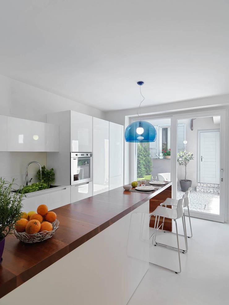 LA CUCINA: Cucina in stile  di STUDIO DI ARCHITETTURA LUISELLA PREMOLI, Minimalista