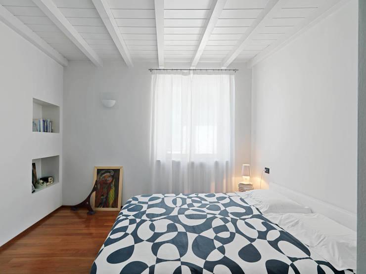 LA CAMERA PADRONALE: Camera da letto in stile in stile Minimalista di STUDIO DI ARCHITETTURA LUISELLA PREMOLI
