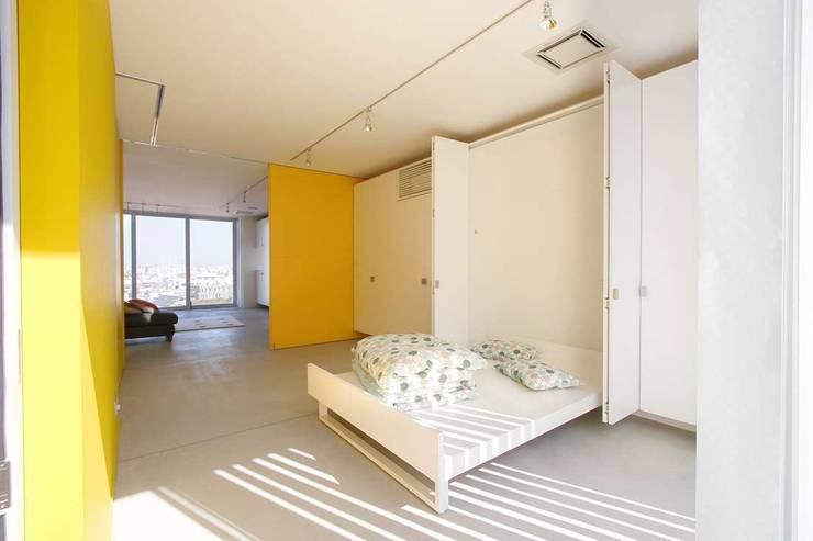 Edificio residenziale: Camera da letto in stile  di Studio d'arte e architettura Ana D'Apuzzo,