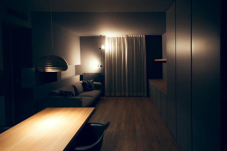 house#03 illuminazione soggiorno: Soggiorno in stile  di andrea rubini architetto