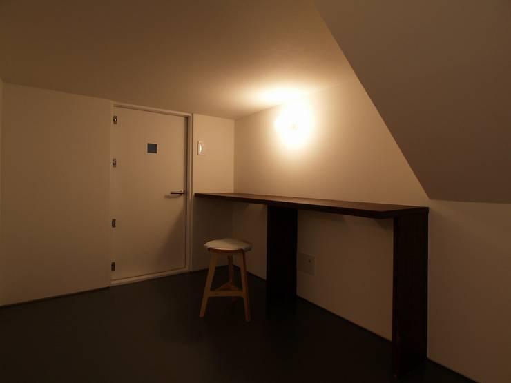 中二階が繋ぐ家: 富谷洋介建築設計が手掛けた書斎です。