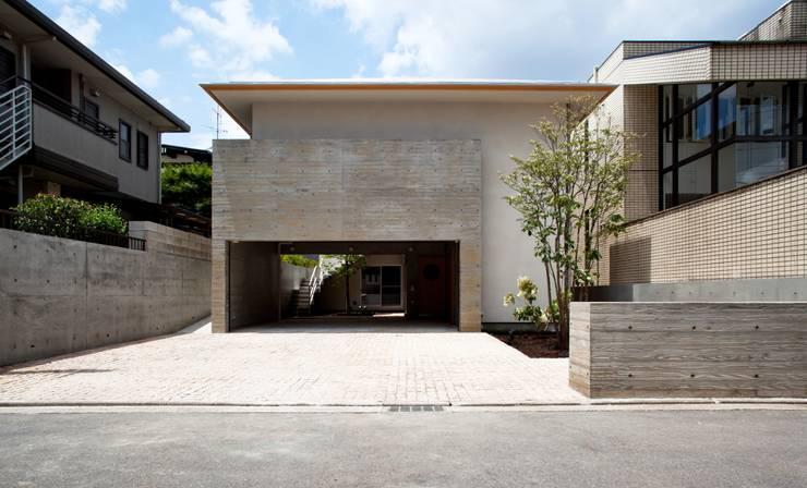 深い軒のある和モダンの外観: 根岸達己建築室が手掛けた家です。,