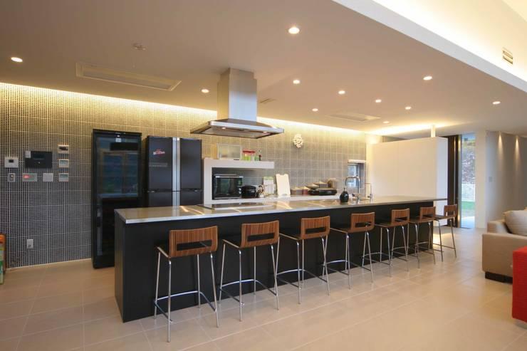 DJ-HOUSE: SPACE101建築事務所が手掛けたキッチンです。