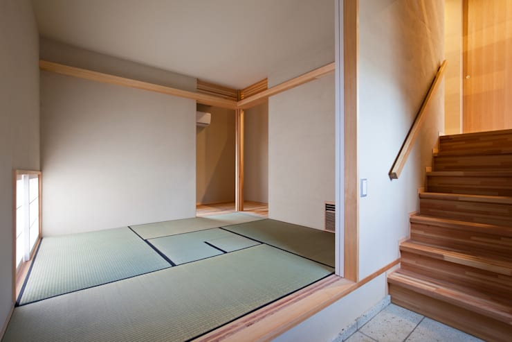 玄関と一体の茶室(和室): 根岸達己建築室が手掛けた和室です。