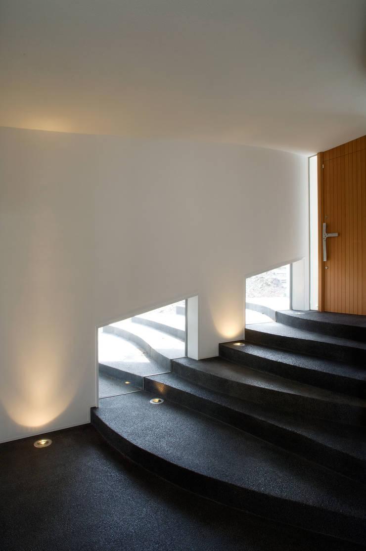 棚田のような階段のあるエントランスギャラリー.: PODAが手掛けた廊下 & 玄関です。,