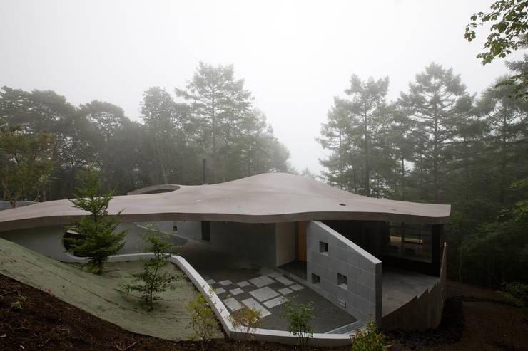 山中に浮かぶ曲面屋根: PODAが手掛けた別荘です。,