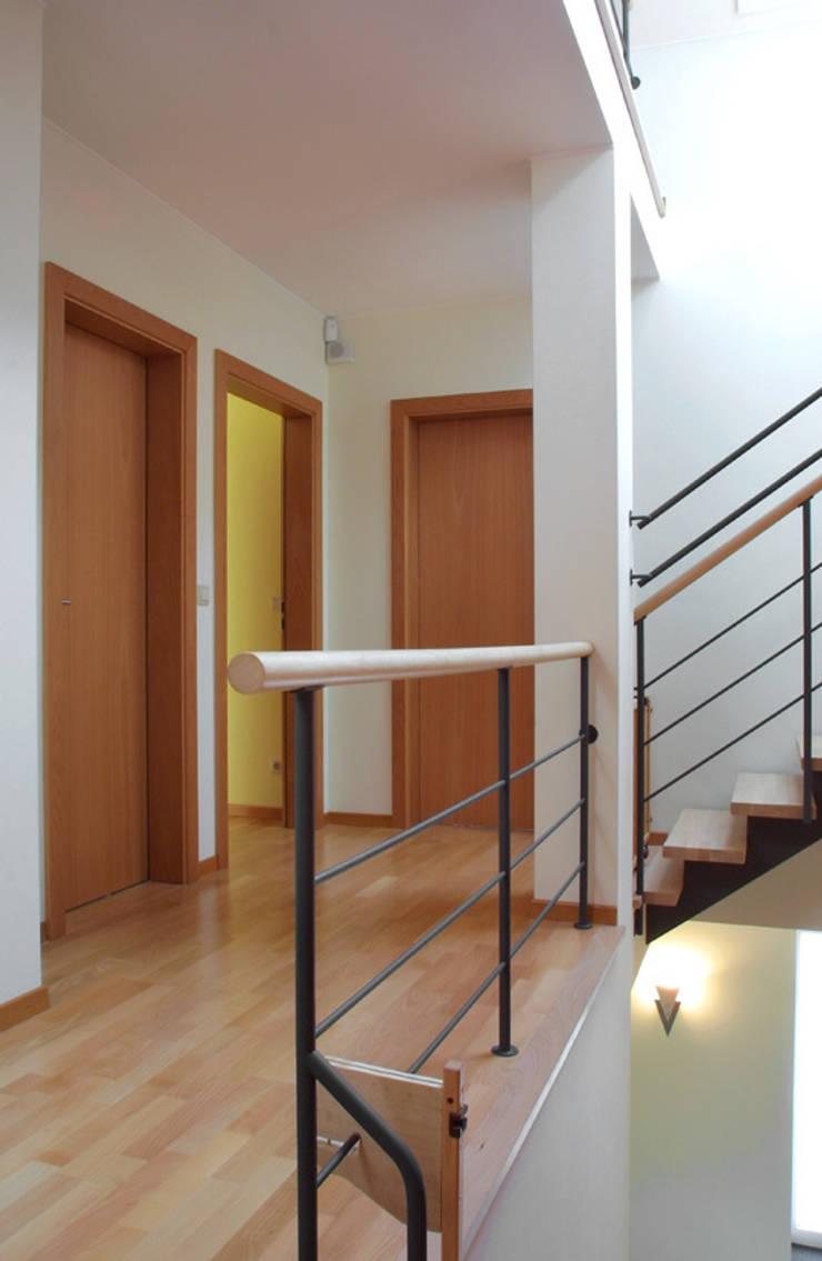 UNE MAISON ROUGE: Couloir et hall d'entrée de style  par info3623
