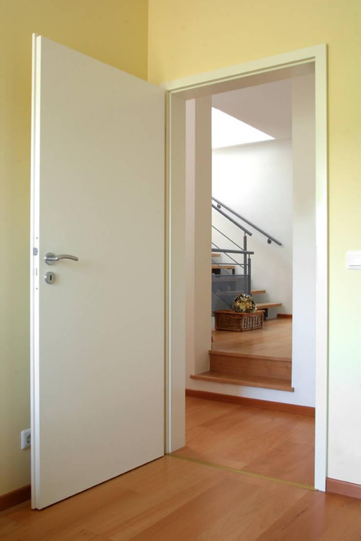UNE MAISON JUMELEE PAS COMME LES AUTRES: Couloir et hall d'entrée de style  par info3623