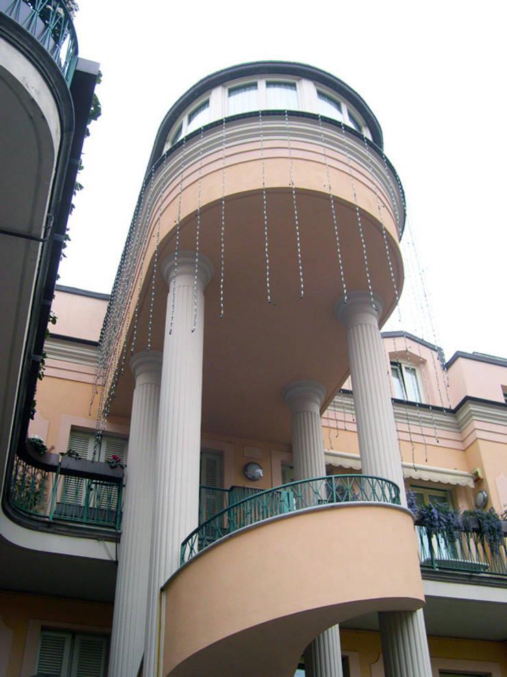 Esterno edificio: Terrazza in stile  di Studio di Architettura Parodo