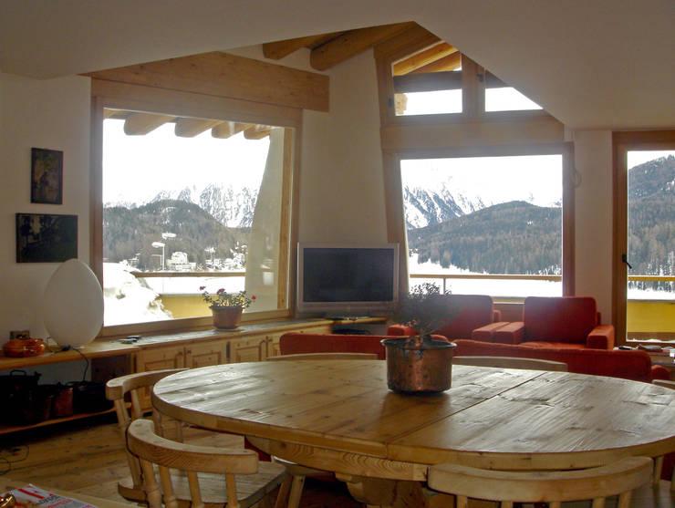 una grande vetrata affacciata sul lago di St. Moritz, Svizzera: Sala da pranzo in stile  di BIFFI BONATO CLAUSETTI ARCHITETTI