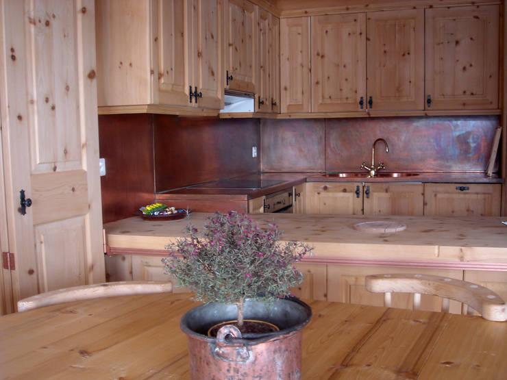 una grande vetrata affacciata sul lago di St. Moritz, Svizzera: Cucina in stile  di BIFFI BONATO CLAUSETTI ARCHITETTI