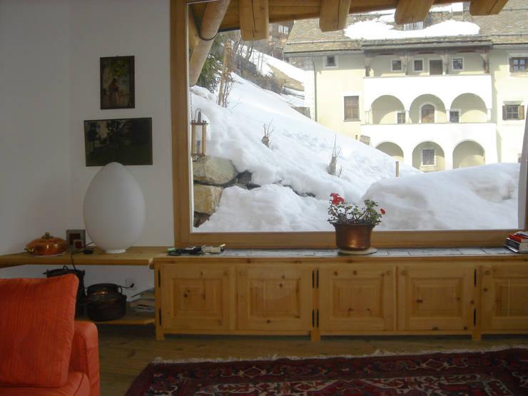 una grande vetrata affacciata sul lago di St. Moritz, Svizzera: Soggiorno in stile  di BIFFI BONATO CLAUSETTI ARCHITETTI