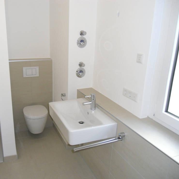 Badezimmer auf kleinstem Raum von Innenarchitektur-Moll   homify