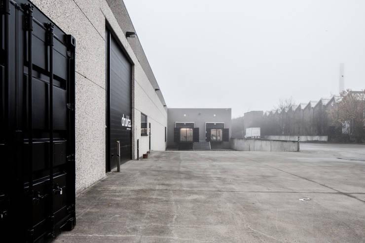 Container Offices:  Kantoor- & winkelruimten door FIVE AM,