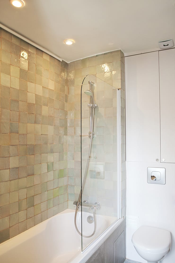 Salle de bain avec baignoire et carreaux Zelliges : Salle de bains de style  par 2design