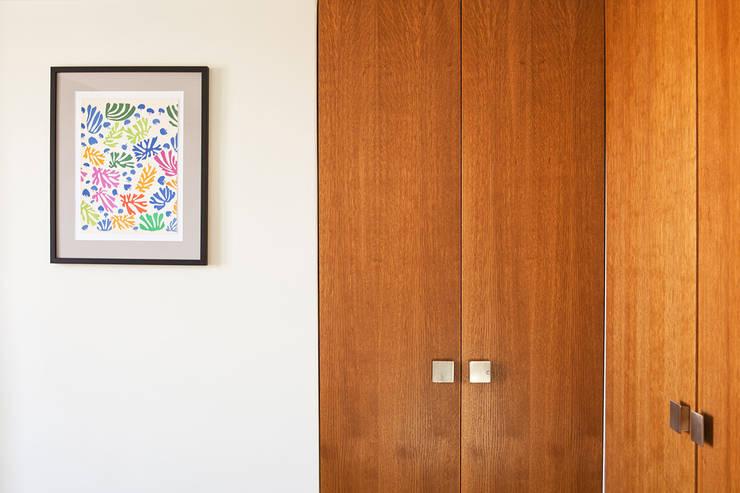 Placards sur mesure en noyer teinté: Chambre de style  par 2design