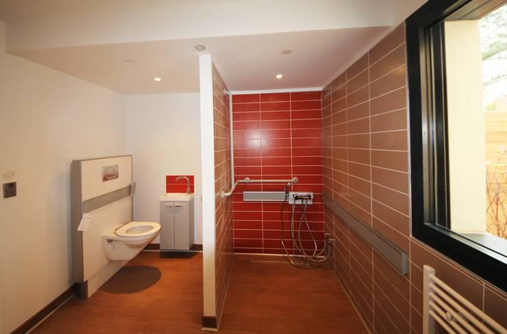 MAISON BBC: Salle de bains de style  par AMT