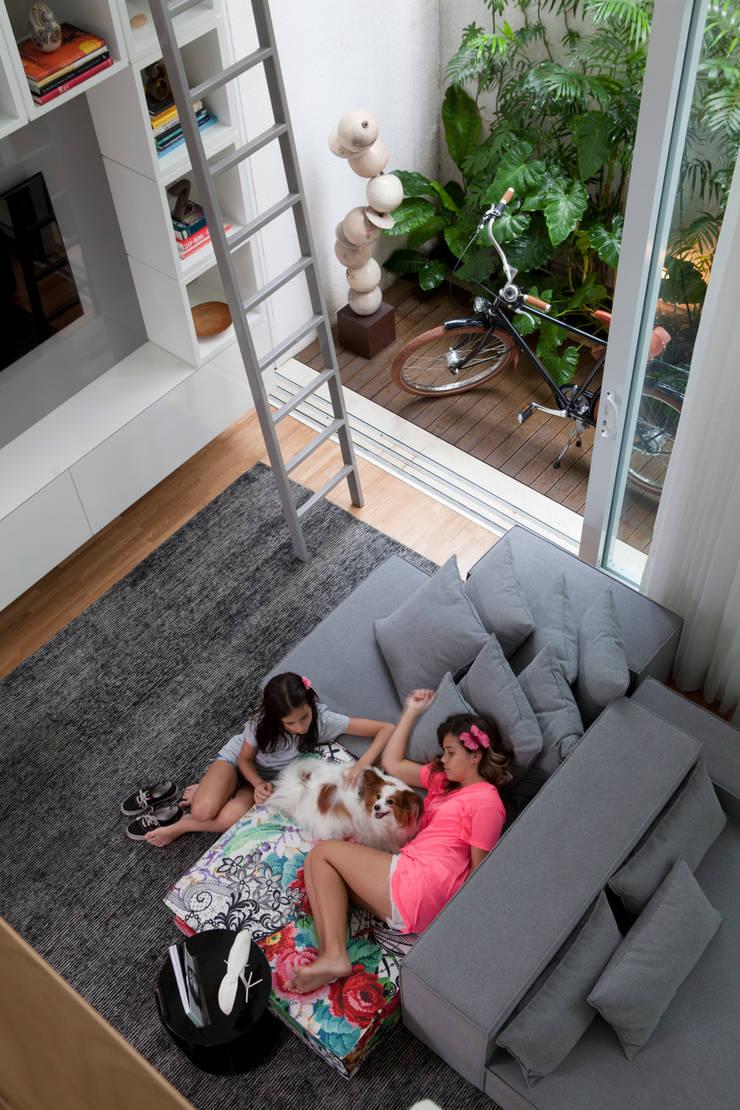 Casa do Itaim: Salas de estar  por Consuelo Jorge Arquitetos
