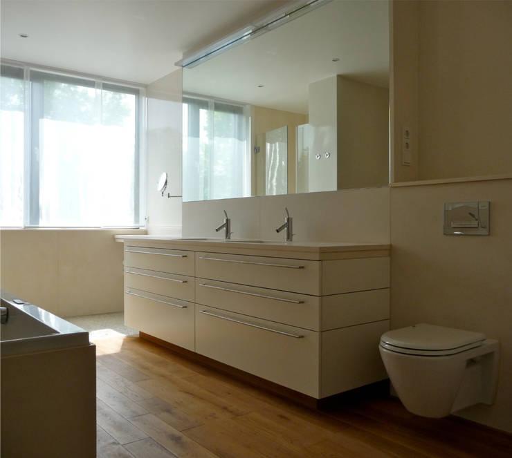 badezimmer _ 2. obergeschoß:  Badezimmer von beissel schmidt architekten,