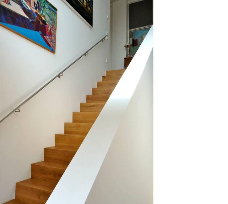 innenliegende treppe _ penthouse:  Flur & Diele von beissel schmidt architekten,