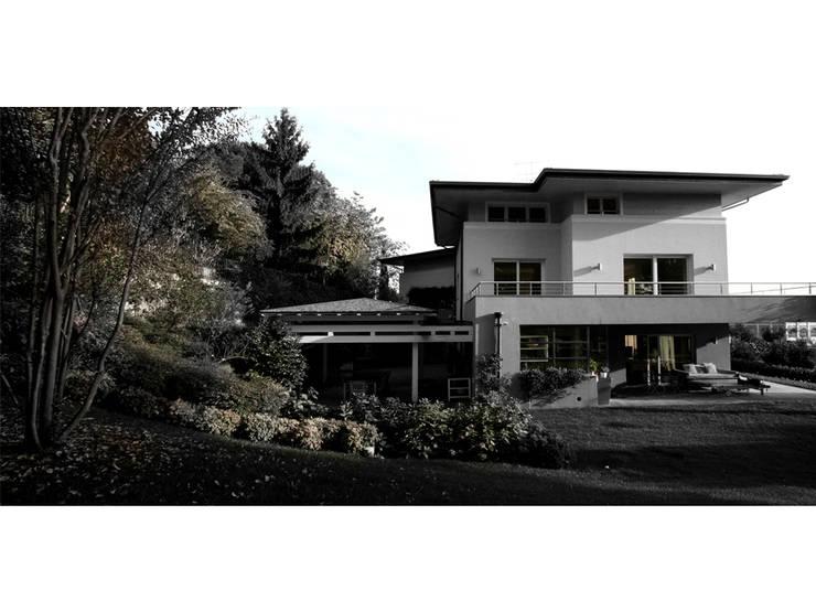 villa bifamiliare: Case in stile  di Studio Maggiore Architettura, Moderno
